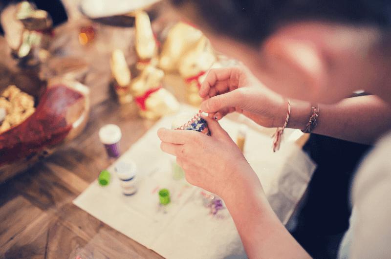 Ręce kobiety, która robi ozdobę.