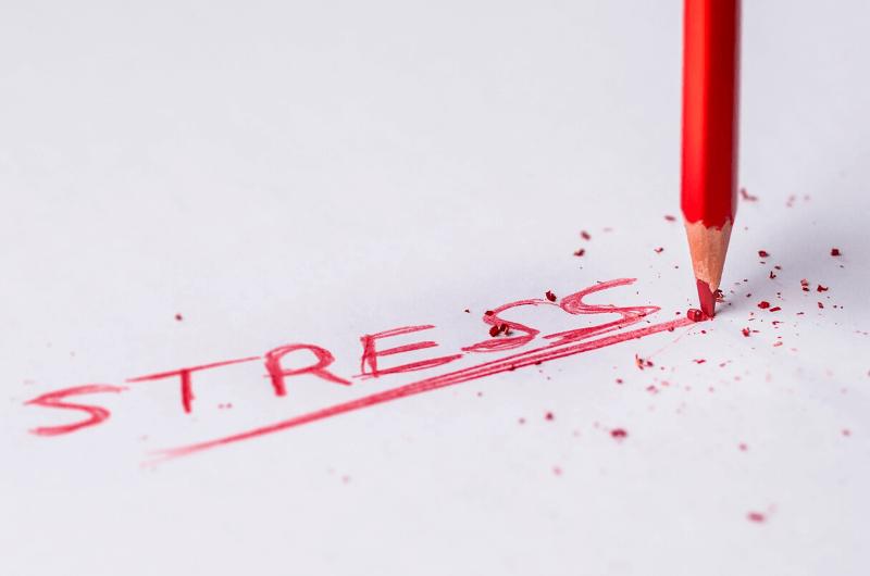 Napis czerwoną kredką: Stres